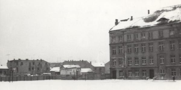 Leśna 16. Lata 1960-1969 , Boisko Studium Nauczycielskiego przed przebudową budynku. W latach 90-tych na tym teranie stanęła Galeria Planty. źródło: fotopolska.eu